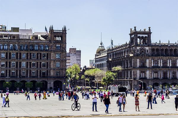 1.Una mirada al Zócalo: edificio de Gobierno (izq.) y el antiguo Palacio del Ayuntamiento (der.)