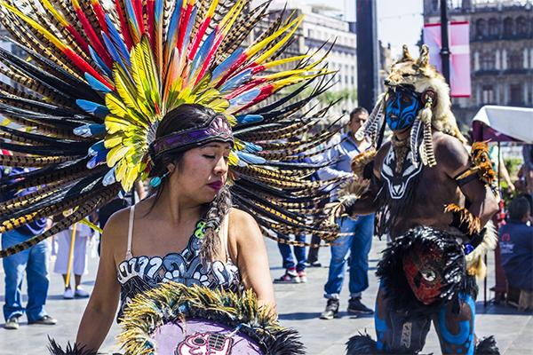 Citlalli Segura, procede a danzar al ritmo de los cánticos. Resulta normal que danzantes de otros grupos se unan a los rituales.