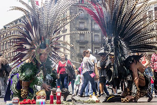 El grupo de 'Danzantes del Zócalo' recuerda tradiciones antiguas mexicanas, que atraen a turistas y locales con sus rituales y sus llamativos atuendos.