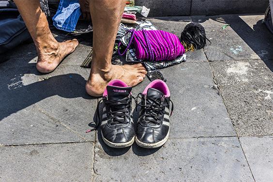 Como preparación, los Danzantes se despojan de la ropa cuando llegan al Zócalo.