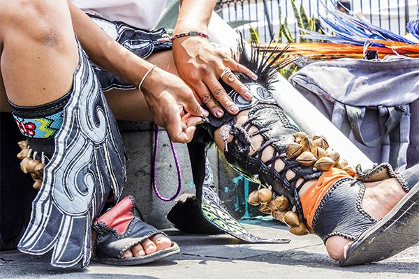 El siguiente paso consiste en vestirse con las prendas que cada 'Danzante' confecciona artesanalmente utilizando materiales y colores a los que ellos mismos le otorgan sentido para los rituales.