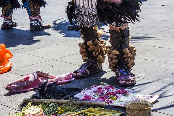 Cuando los trajes y el maquillaje están listos proceden a organizar los elementos e ingredientes que hacen parte de los rituales.
