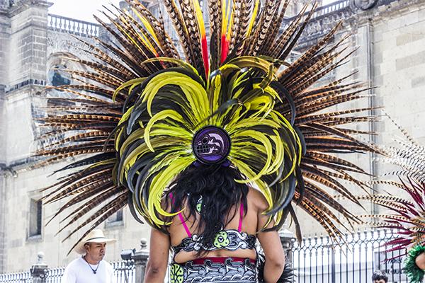 Además, las imágenes alusivas a la muerte, en este caso, remiten a las tradiciones mexicanas.