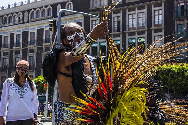 Sergio Segura, uno de los líderes del grupo, es quien se encarga de que todos los elementos estén en su lugar entes de comenzar los rituales.
